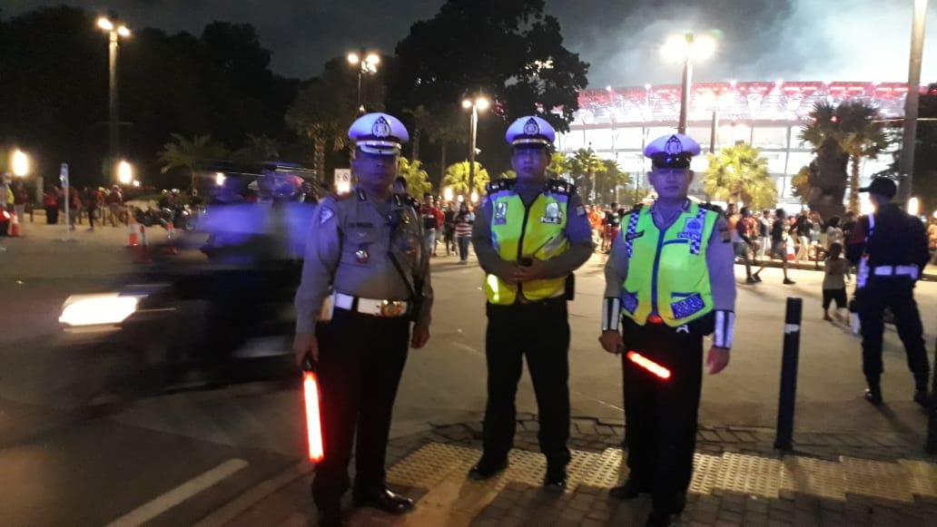 23.28 Dir Lantas PMJ beserta jajaran melakukan pengamanan dan pengaturan lalin antisipasi bubaran pertandingan sepakbola antara Persija dan Singapura Geylang di Pintu 10 GBK.