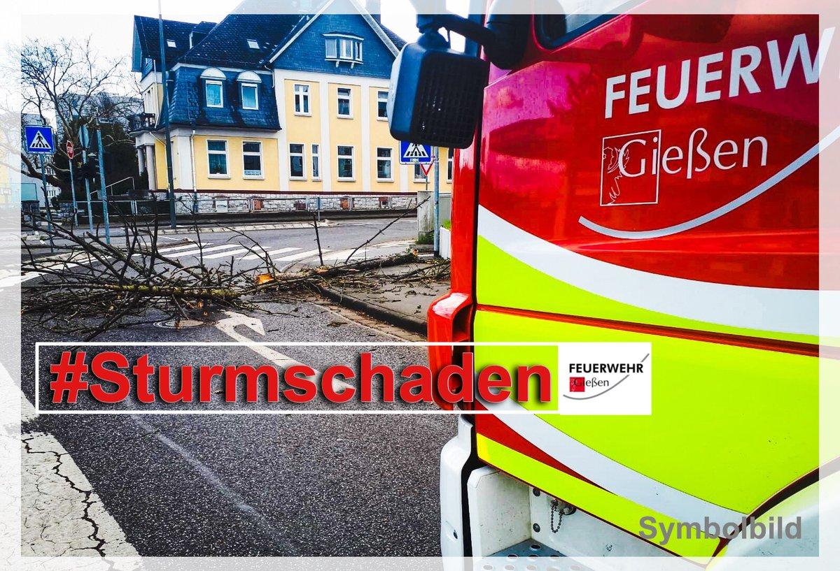 - H- Sturmschaden - klein  - 23.Feb. 14:35 Uhr  - GI- Lonystraße  -   BF - DLK (Drehleiter)  Droht Metallschiene abzustürzen #giessen112 #fwgi #wirfuergiessen #mittelhessen @stadtgiessen ^fezpic.twitter.com/edkxzKlfT9