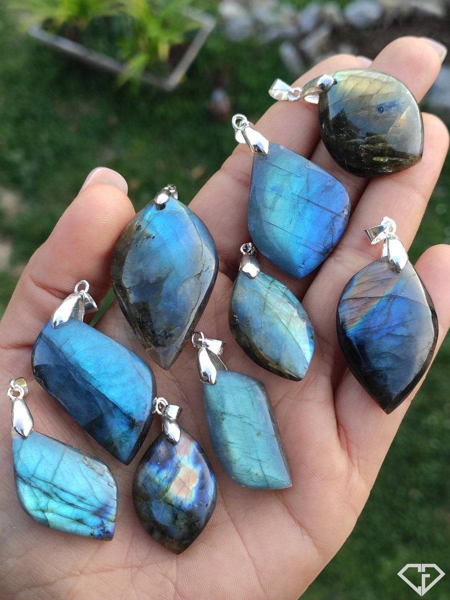 Sélection de pendentifs de Labradorites naturelles en provenance de Madagascar https://www.facebook.com/charliesgems.fr/photos/a.259491671286173/631170217451648/?type=3…  #labradorite #pendentif #bijoux #jewels #pendant #blue #naturalstones #charliesgemspic.twitter.com/YSdPDLNkEs