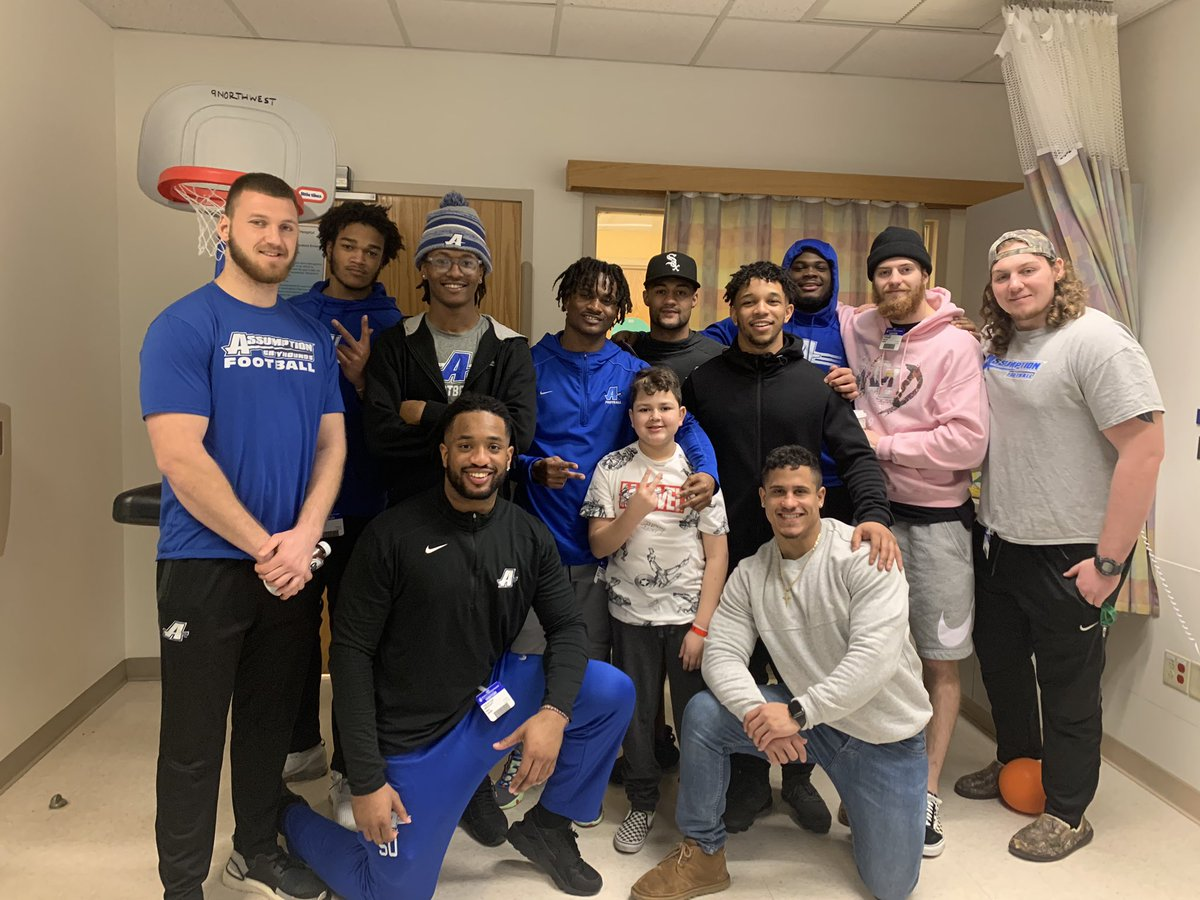 This is what family means we couldn't celebrate Yan's birthday yesterday with the team so part of the team came to him thanks guys you cannot imagine what this means to him ❤️🏈 @ACGreyhoundsFB @Coachtgalt @CoachMcKenzie17 https://t.co/QIa9AsHv3S