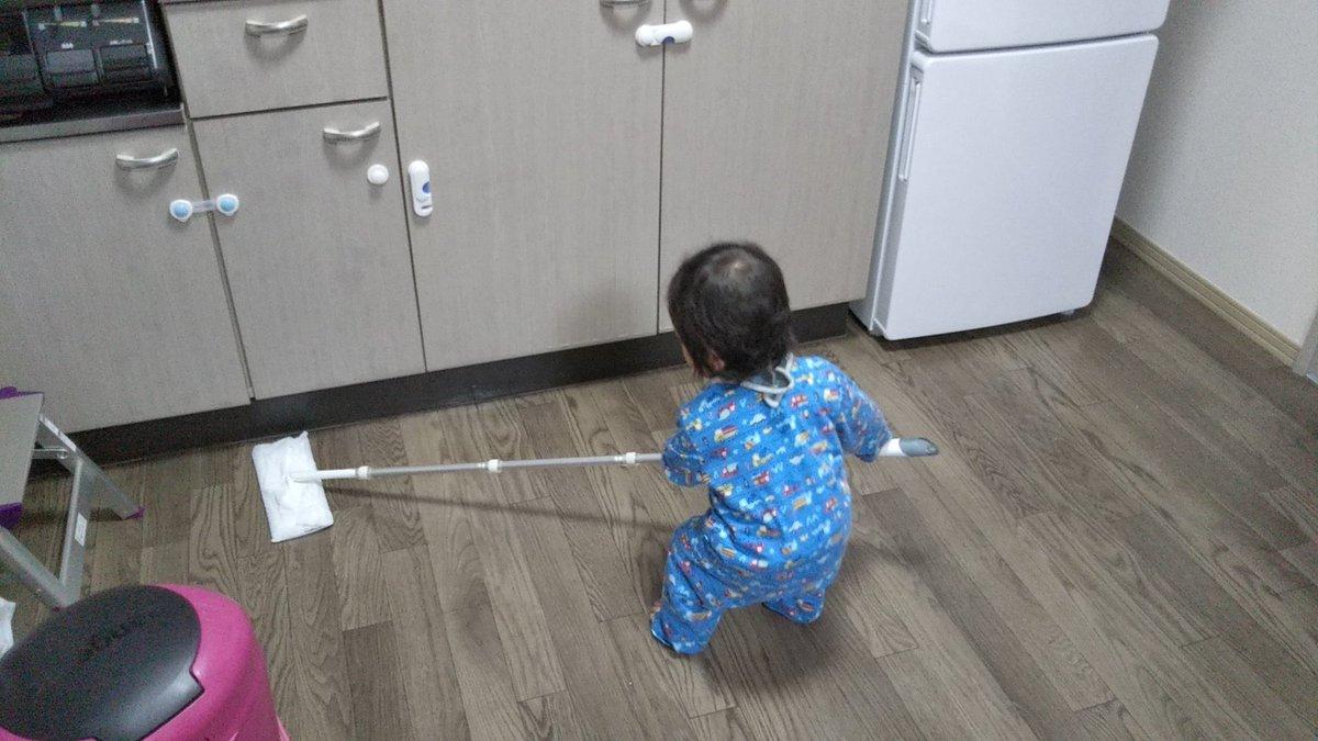 クイックルワイパーの棒への執着が凄いので、いっそのこと掃除させてみようと思って渡してみたらちゃんと掃除していた1歳0ヵ月児