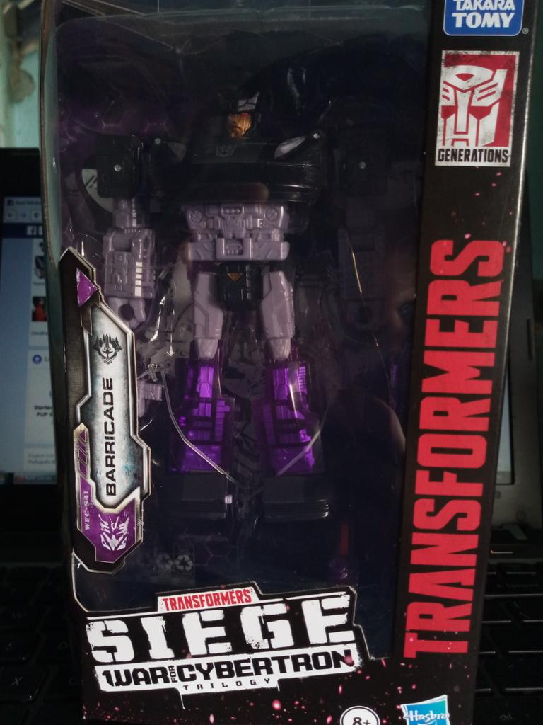 Got Barricade. Also, love that boxart!  #Transformerspic.twitter.com/RbeOnwc9oS