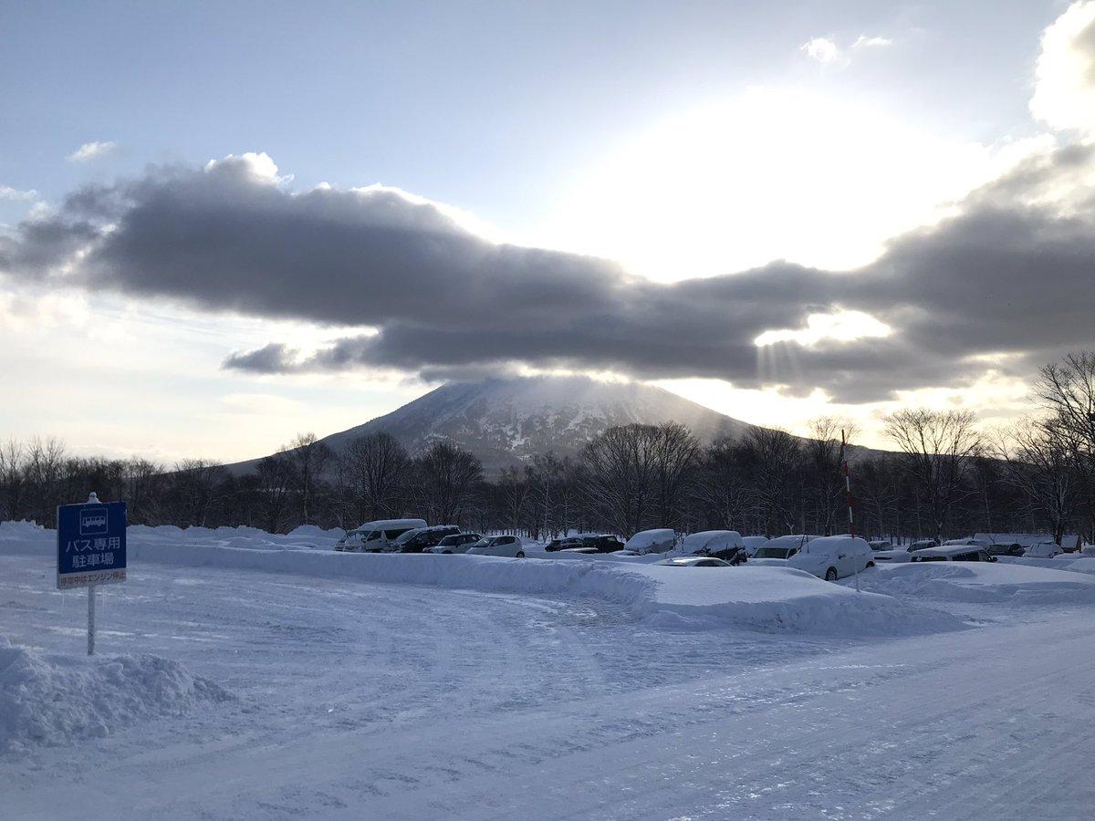 昨日は悪天候のためニセコゴンドラは終日運休しましたが、今朝は運行開始を待つお客様で長蛇の列が出来ました。 連休最終日の本日もニセコビレッジは大変賑わっております⛷中村 #ヒルトンニセコビレッジ #スキー #イマソラ https://t.co/7A54xjMnb4