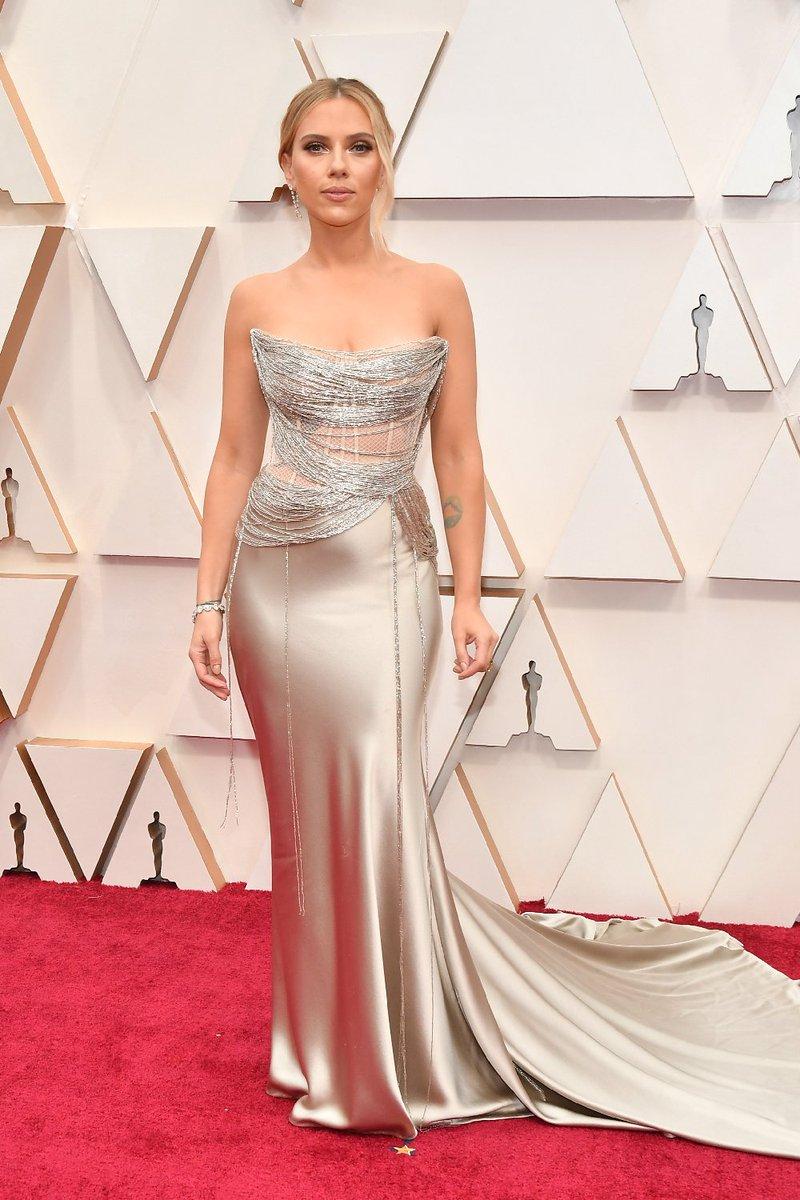 Scarlett Johansson por Oscar de la Renta. Escote, transparencia y red de hilos. Maquillaje, peinado y accesorios impecable. #Oscars #oscars2020 pic.twitter.com/cuPIMlHgRn