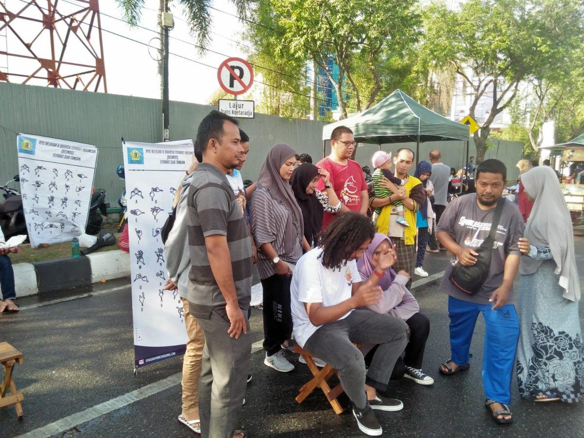 """Yang terlewat dari liputan Kegiatan CFD Banda Aceh (23/02), Komunitas BISINDO dalam sosialisasi """" AYO BELAJAR BAHASA ISYARAT INDONESIA (BISINDO) ISYARAT DUA TANGAN"""" ajak pengunjung pahami bahasa isyarat.  #infocarfreeday #cfdBandaAceh #latepost"""