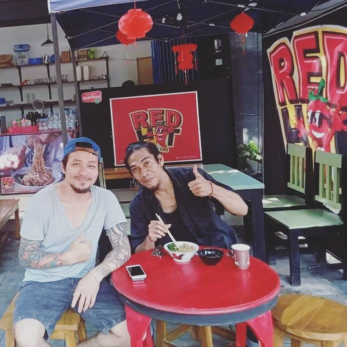 A chilled lunch with brader Joe (ex saint loco) to discuss new project & eat some 'Red Hot' spicy food 🌶 Check it out Jalan Gadung kreneng dps, feel the burn!   #Quest #questband #officialquestband #questofficial #rocknroll #band #saintloco #project #planning #redhotspicybali https://t.co/fH7csGPqCN