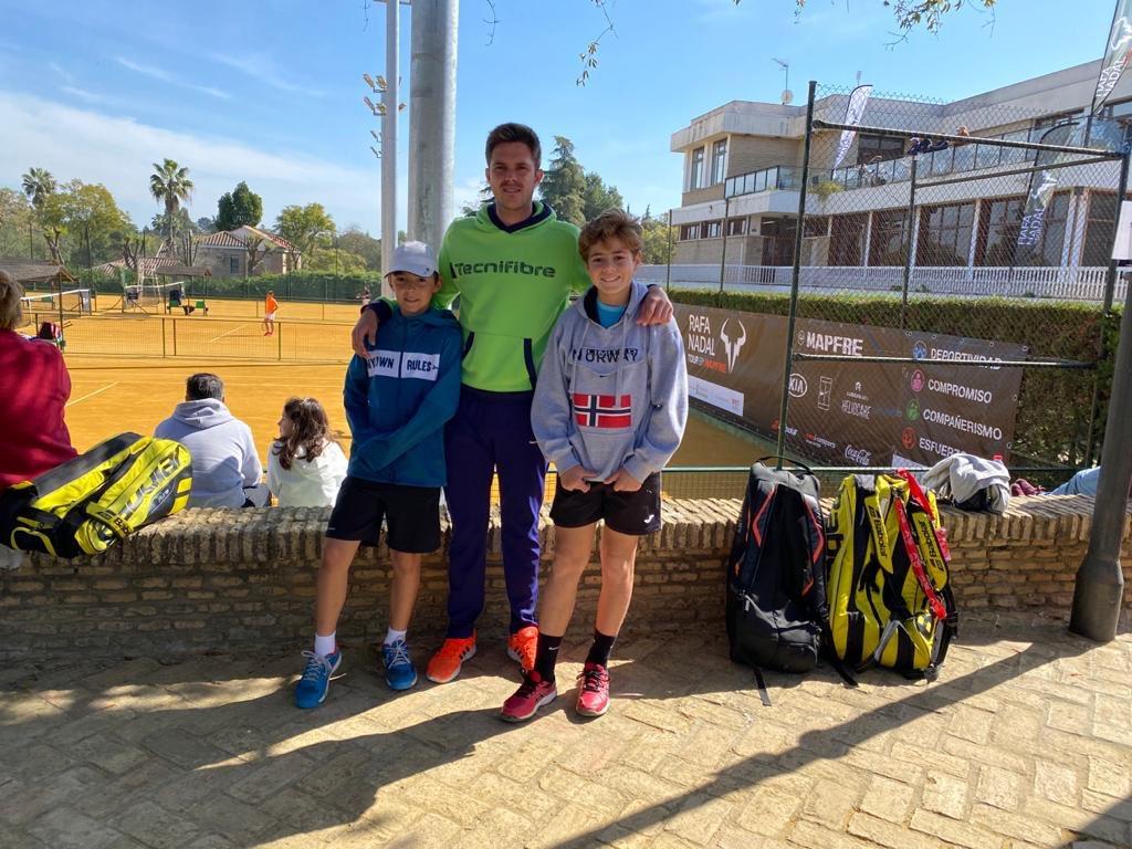 Nuestro técnico Alberto Castaño en el Rafa Nadal Tour acompañando a nuestros jugadores para reforzar el trabajo en pista  @CTOromana #ittsport #valoresittsport #tennis #tenis #tennisacademy #tecnifibre #cluboromana #tennisplayers #tuacademiadetenisensevilla #aseguirsumandopic.twitter.com/LX8hvIg9t9