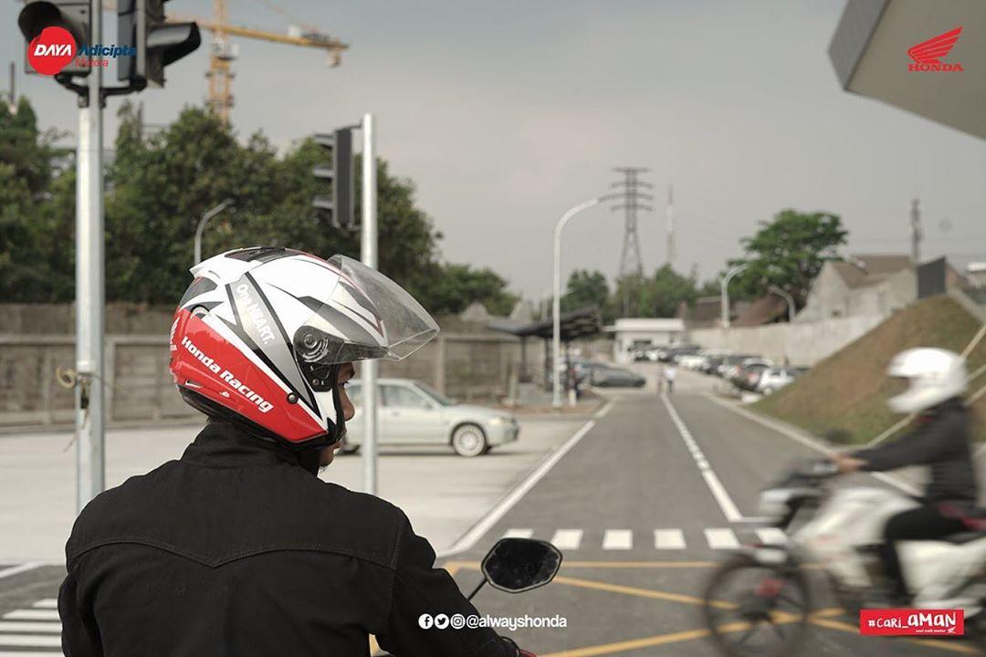 Brosis, yang harus selalu di perhatikan pada saat berkendara di jalan raya, adalah ketika mau belok biasakan lihat kanan kiri dulu untuk mengetahui apakah ada kendaraan lain yang melintas. Mending #Cari_Aman daripada cari masalah, cari rezeki kemudian.pic.twitter.com/SaB6xidZqm