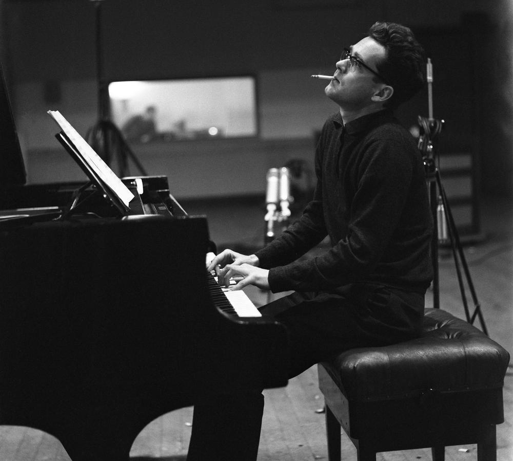 «Depuis mon enfance, mon ambition est de vivre complètement dans la musique. Mon rêve est que rien ne m'échappe. C'est la raison pour laquelle je ne me suis jamais arrêté à une seule discipline musicale.»  #MichelLegrand 1932-2019 ✨🎂 Un des plus grands compositeurs Français.
