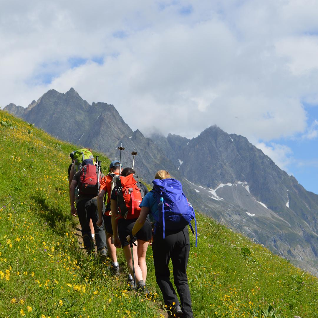 Follow the leader 🥾⛰️ http://ow.ly/lQcl50yrJcM #tourdumontblanc #montblanc #hikingmontblanc #montblancadventures #mountainair #walking #hiking #trekking #bucketlisttrip #exploremore #stayactive #adventuretravel #hikeformentalhealth #sherpaexpeditions #mountainsforthemind