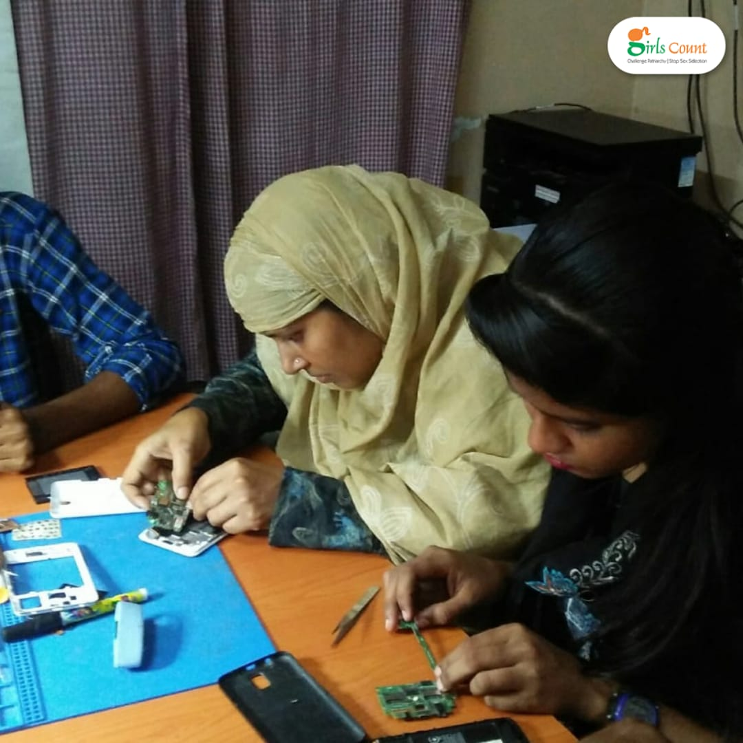 Young women in Howrah, West Bengal are enthusiastically learning how to repair mobile phones. They are going against the old belief that it's difficult for women to be skilled in technical work.  #girlscount  #nontraditionallivelihood #challengingpatriarchy #mobilerepair #changespic.twitter.com/uFTdIccJfU