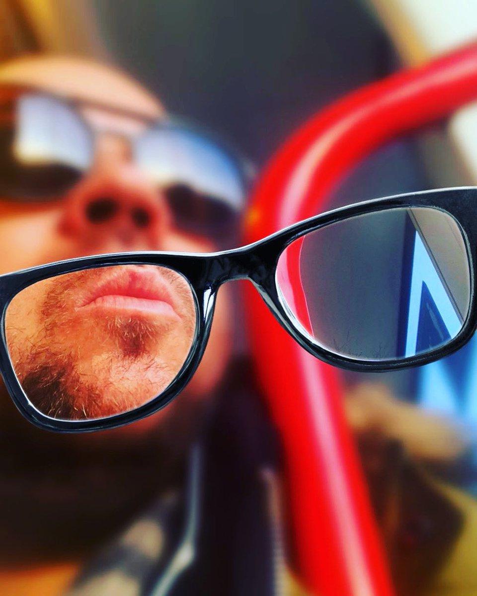 Hay que ponerse las gafas de 𝒗𝒆𝒓 𝒍𝒂𝒔 𝒄𝒐𝒔𝒂𝒔 𝒃𝒐𝒏𝒊𝒕𝒂𝒔 porque nuestra actitud ayuda a crear lo que vivimos... Feliz 🅻🆄🅽🅴🆂 #armandorodriguez #djfenix #lunes #zaragoza #actitud #igers #instagram #instaday #hoscos #vsco #españa #quieneres #reflexion #boy #photo