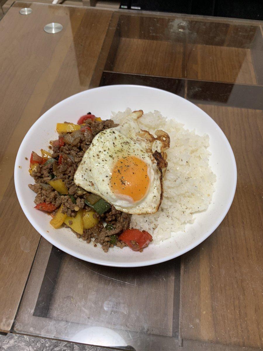 ガパオライス作りました!!👌今日はエスニック料理に挑戦😊✨しっかりとナンプラーも購入してクオリティ高く仕上げました😌かなりスパイスとか強い香草の香りもしてきていい感じに仕上がりました!こだわりポイントは、目玉焼きをカリカリに仕上げたところ♪#ガパオライス#タイ料理#自炊