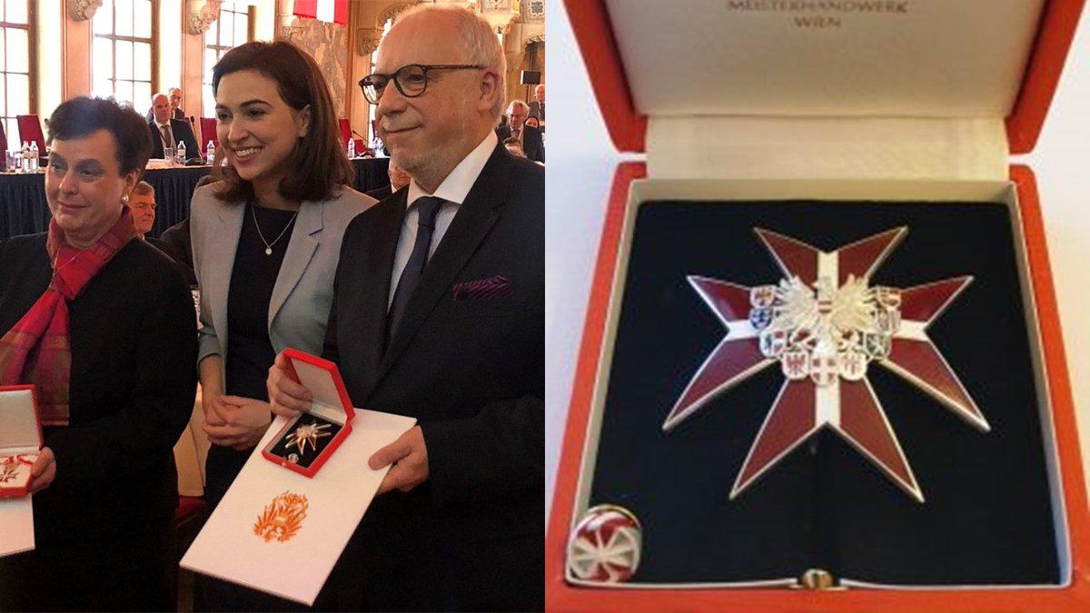 test Twitter Media - Exprezident @CCBEinfo a člen představenstva @CAK_cz Antonín Mokrý převzal vysoké státní vyznamenání - Čestný odznak za zásluhy o Rakouskou republiku - z rukou spolkové ministryně pro justici @Alma_Zadic. Blahopřejeme! 👏🎖️ https://t.co/A5HM77DSvA https://t.co/goTQbvgNxK