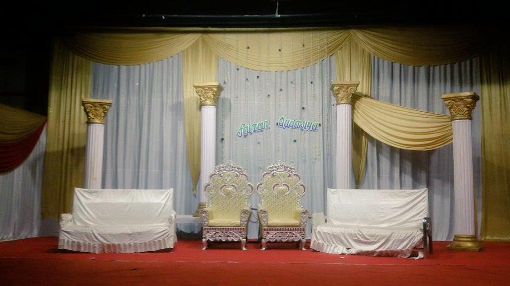 Who wants a wedding inspiration?Look at this gorgeous decor#weddingday #weddingvibes #weddingbells #weddingdecor #desiwedding #shimmergold #stagedecorpic.twitter.com/LoACCCK4RK