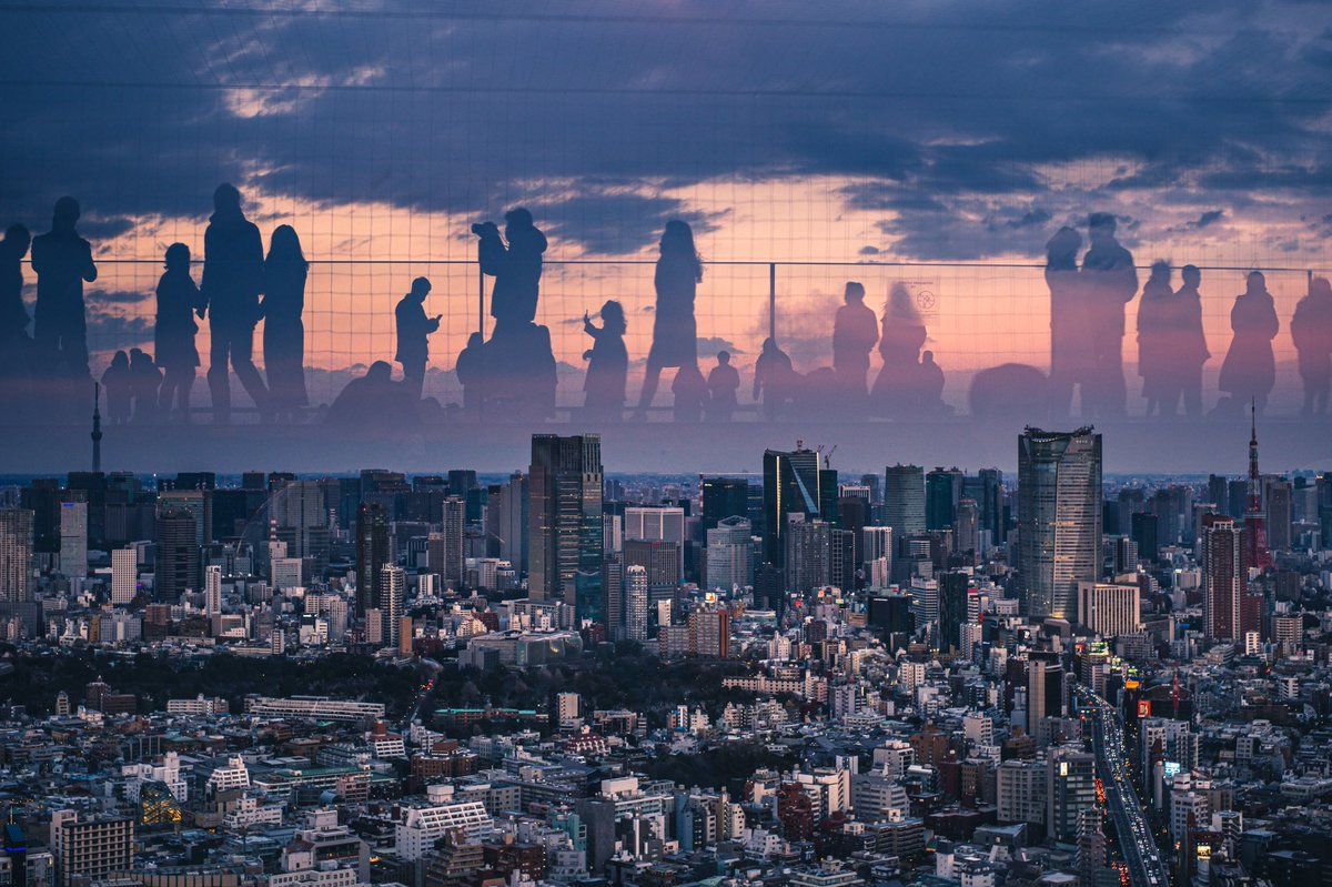 渋谷SKYで撮れる素敵な夕景📸ガラスに映り込んだ人をあえて写して撮ると楽しいのでオススメです!(合成無し)