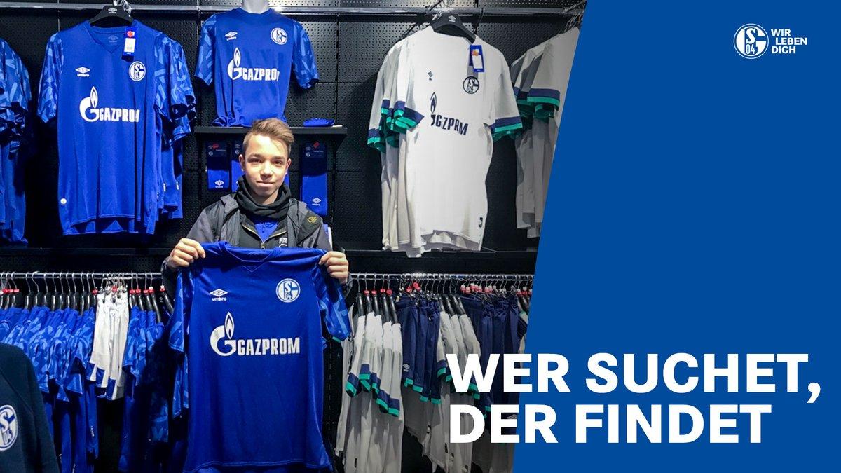 Extra aus Frankfurt gekommen, an zwei Tagen fleißig gesucht und fündig geworden! 👏🏼  Glückwunsch, Christian! 🙌🏼  #S04   🔵⚪️   #WirLebenDich https://twitter.com/s04/status/1229804005871759360…