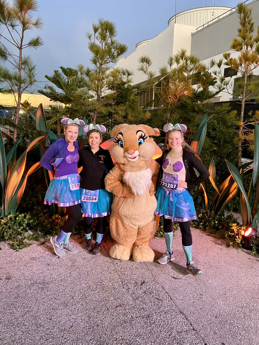 Delayed, but YES I did finish the #rundisney #PrincessHalf 10k & Half, YES I did maintain my #perfectprincess status, & YES I did celebrate at Trader Sam's <br>http://pic.twitter.com/aLbVSeQA3i