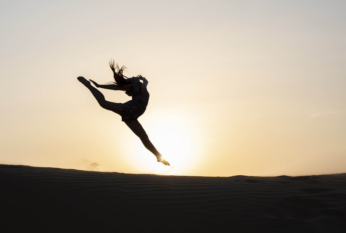 Absolutely love these gymnastic photos from in the desert whilst the sun was setting last weekend! #sneakpeak #gymnast #dancer #sunset #desert #alqudra #dubailifepic.twitter.com/zYYeiv6jlD