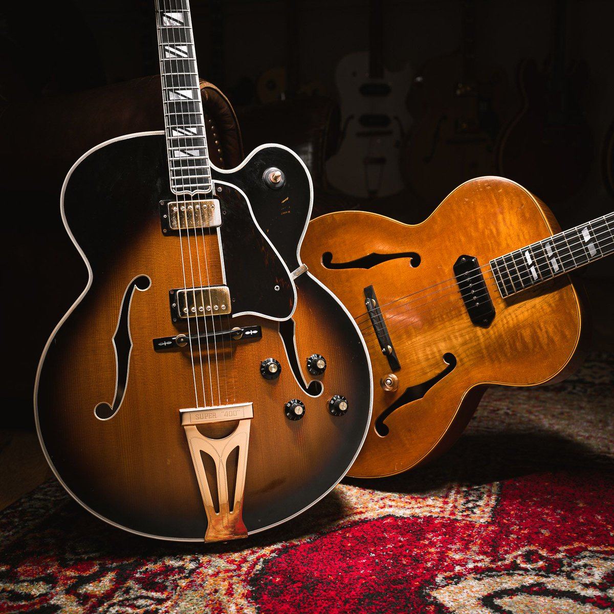 A couple birds of a feather. http://bit.ly/3c1zVuS #gibson #sunburst #byrdland #1967 #gearwire #gearybusey #guitarspotter #guitarphotography #guitarsdaily #tonemob #knowyourtonepic.twitter.com/JoFHchAosZ
