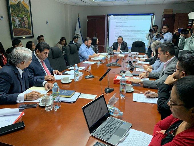 Norman Quijano intentó detener lectura del requerimiento fiscal que pide su desafuero