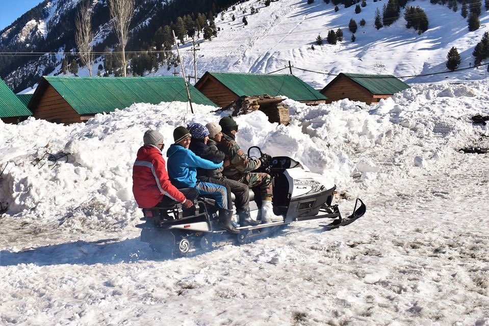 #IndianArmy organised winter camp for the Youth from remote village of #Gurez #Kashmir - Engagement with the young & talented students enhanced bonhomie between the Awam & #IndianArmy - great endeavour for youth as always by Army