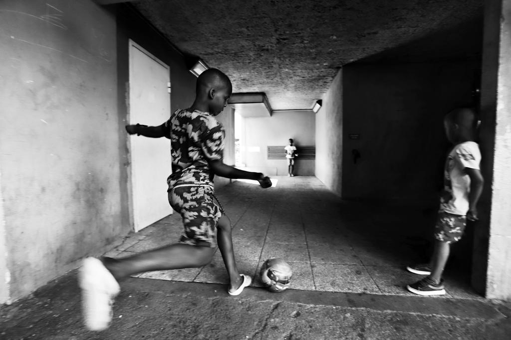 Reportage photographique LA VIE DES BLOCS  @Linstablephotos  #reportage #reporter #photo #photosoftheday #photographer #artist #Paris #cité