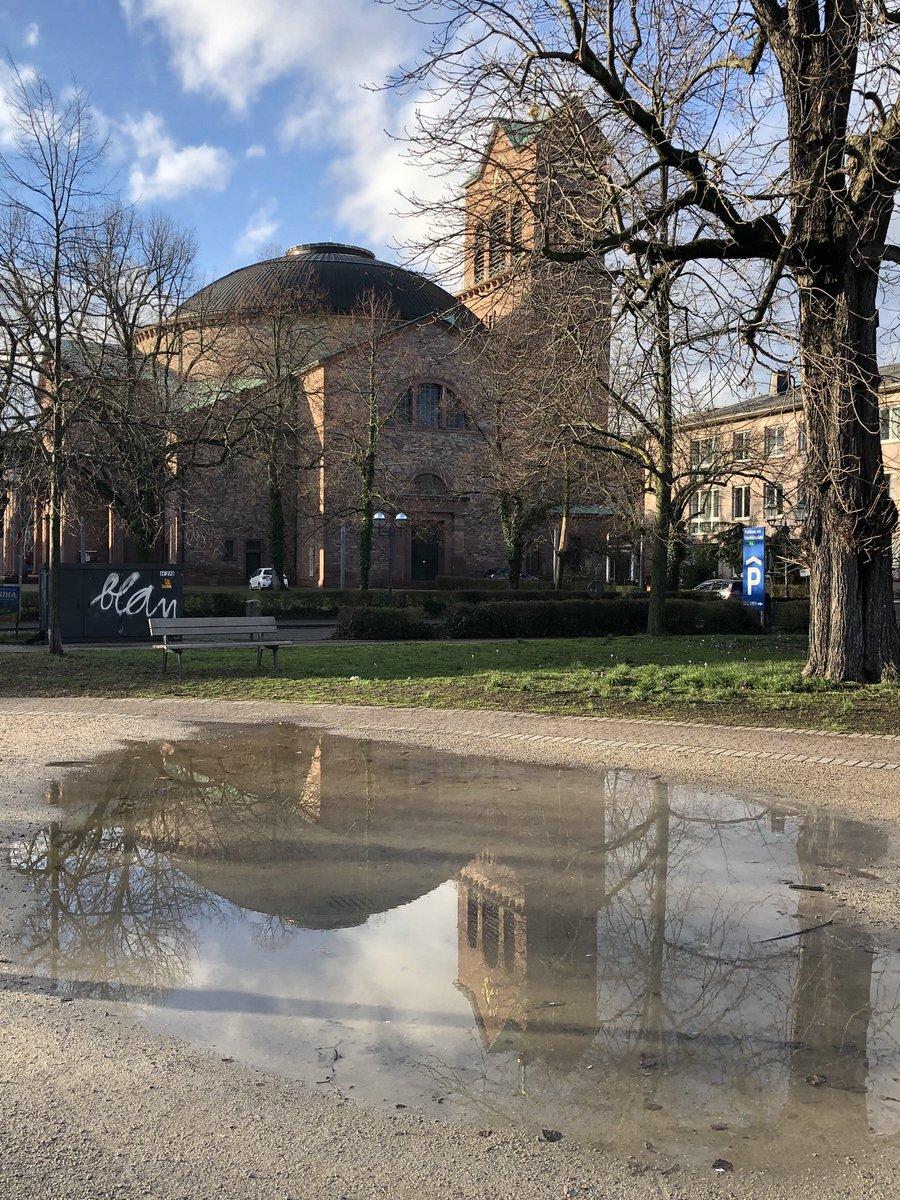 """#Karlsruhe #Friedrichsplatz #Rosenmontag Es braucht  #Sonnenschein und 1 große #Pfütze #Spiegelung und schon steht #StStephan auf dem Kopf  Ein bisschen #Leichtigkeit und ein #Lächeln für den #Alltag """"Wir haben Fröhlichkeit nötig und Glück, Hoffnung und Liebe."""" Vincent van Goghpic.twitter.com/pGUIVsmuSf"""