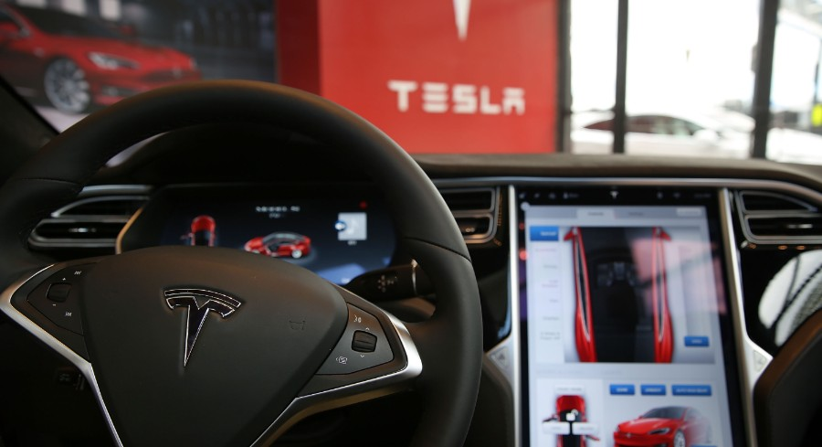 Tesla's Autopilot serves as feds' big-stakes stress test. The story from @TSnyderDC and @samjmintz http://bit.ly/2VkCORd pic.twitter.com/JYeTwOjt4s