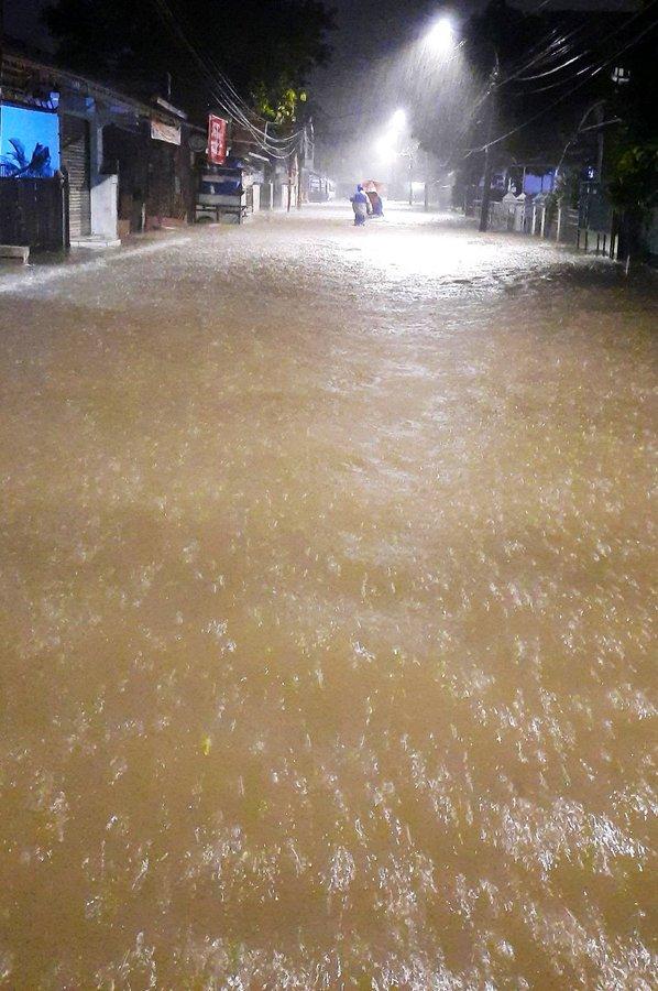 Pukul 05.53 #Banjir 20-30 cm di depan Pasar Inpres Jl. Kelapa Gading Timur, Jakarta Utara, agar hati-hati bila sedang melintas.  @RhmtGums