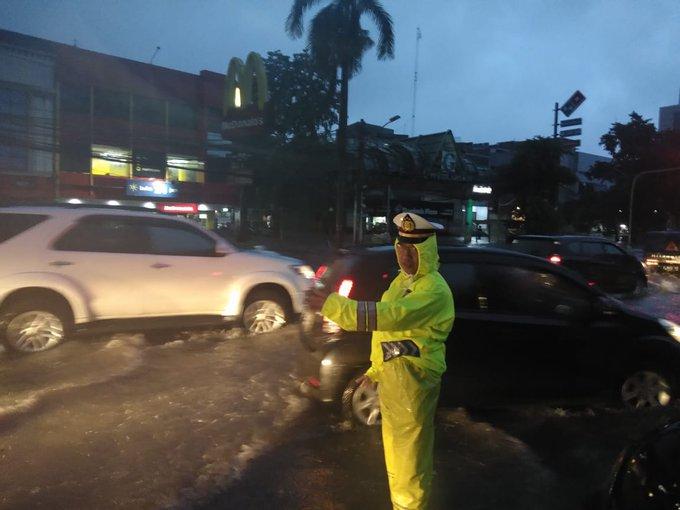 Pukul 06.22 Imbas genangan air sekitar 20-30 Cm di Tl. Kedoya Mcd Jakbar lalin tersendat