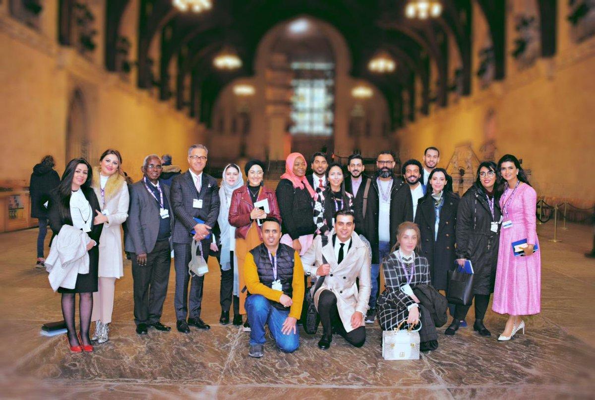 صورة جماعية للمشاركين ب #المنبر_البريطاني_للمؤثرين_العرب بالبرلمان البريطاني 🇬🇧 ..أعجبتني عبارة إحدى المشاركات التي قالت في تغريدة لها أن الزيارة أخذتها عبر التاريخ....وهي كذلك @Ania27El