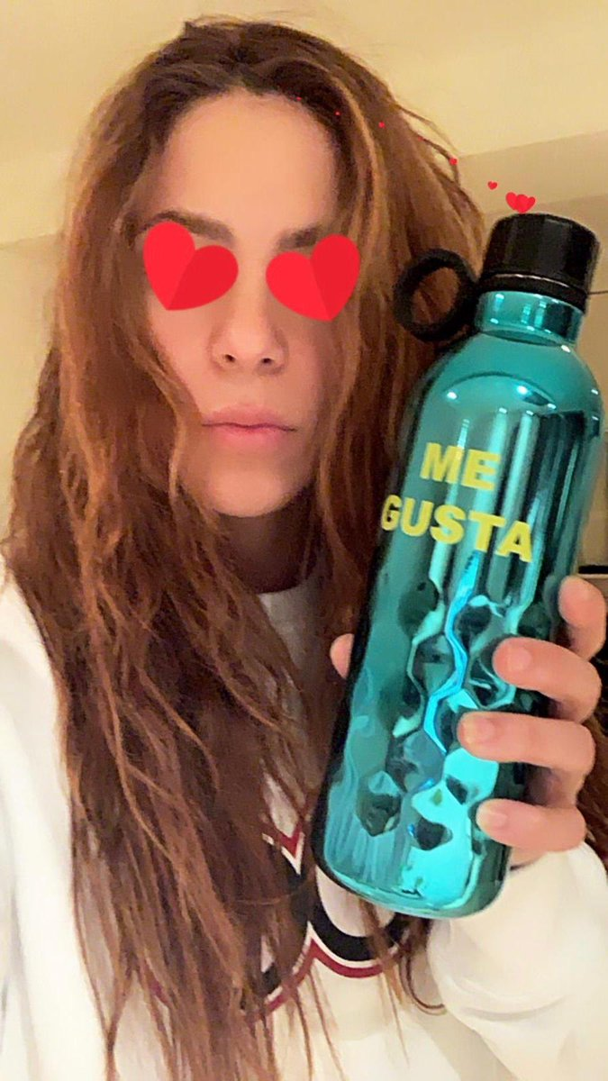 Hidratándome mientras finalizo la edición del video de Me Gusta que será lanzado pronto! Staying hydrated while putting the finishing touches to my soon-to-be-released video for Me Gusta!
