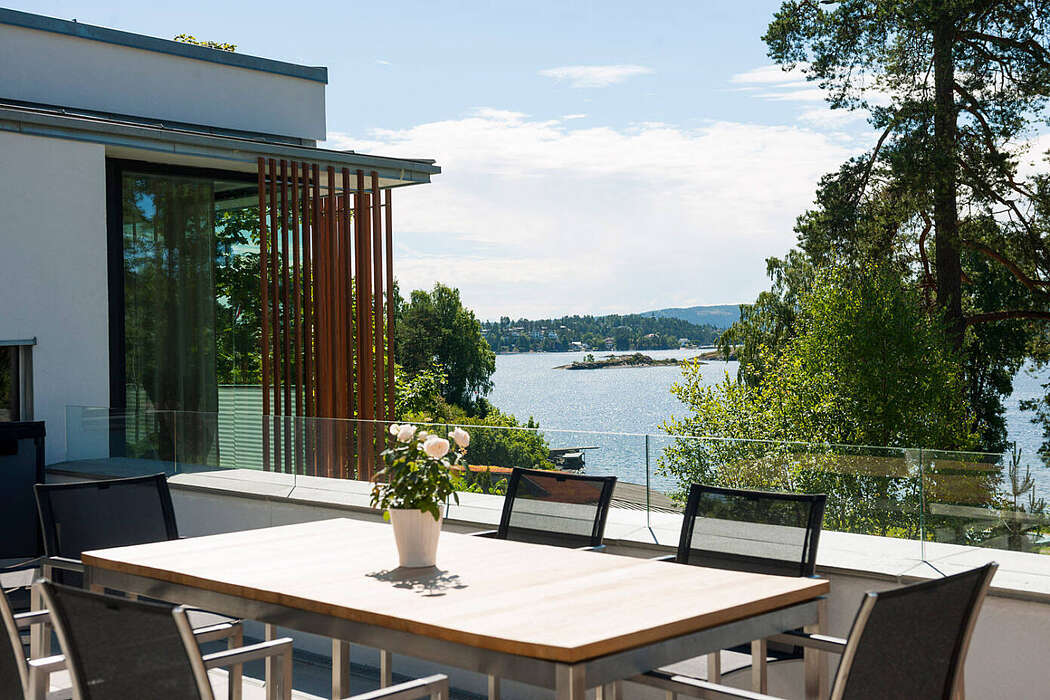 Lakeside views are some of what makes this #dreamhome so appealing. #homestyle  http://cpix.me/a/92486269pic.twitter.com/bW3oCcFKMk