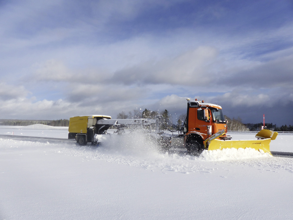 Automated snow removal by two self-driving #MercedesBenz Arocs in Immendingen. From project to product: with AXYARD, #Lab1886 and #DaimlerTrucks automate the operation of commercial vehicles http://mb4.me/new-arocs-com_twr ….  #AutomatedDriving