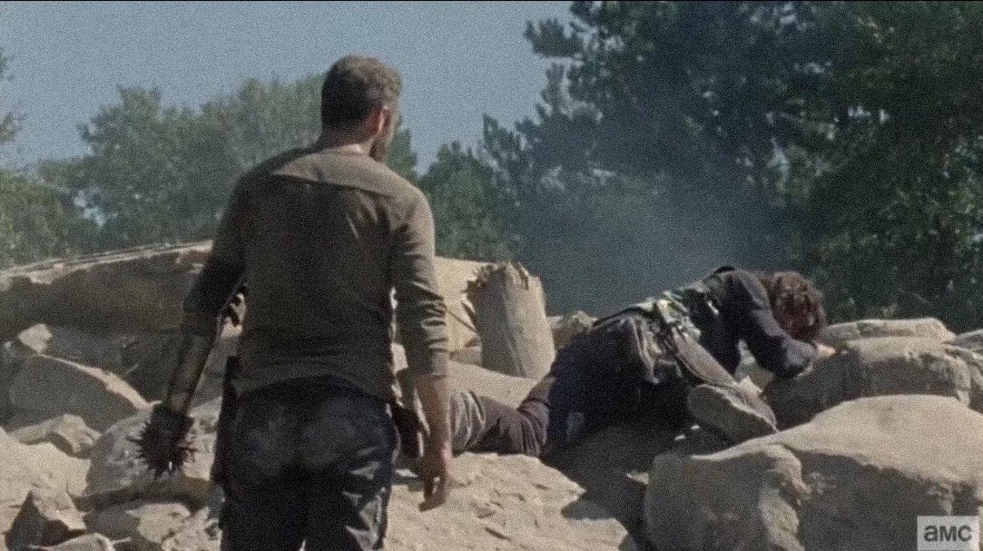 Look at how desperately he lies there:( I think we can all see that Daryl has feelings for Connie pic.twitter.com/SqDCyIKN6X