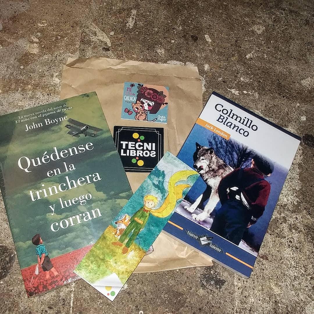 Dos libros nuevos en mi librero 🤩 y mis separadores favoritos 💜 tengo 8 libros en espera 🤦🏻 #books #libros #bookmark #BookBoost #bookshelf #bookslover