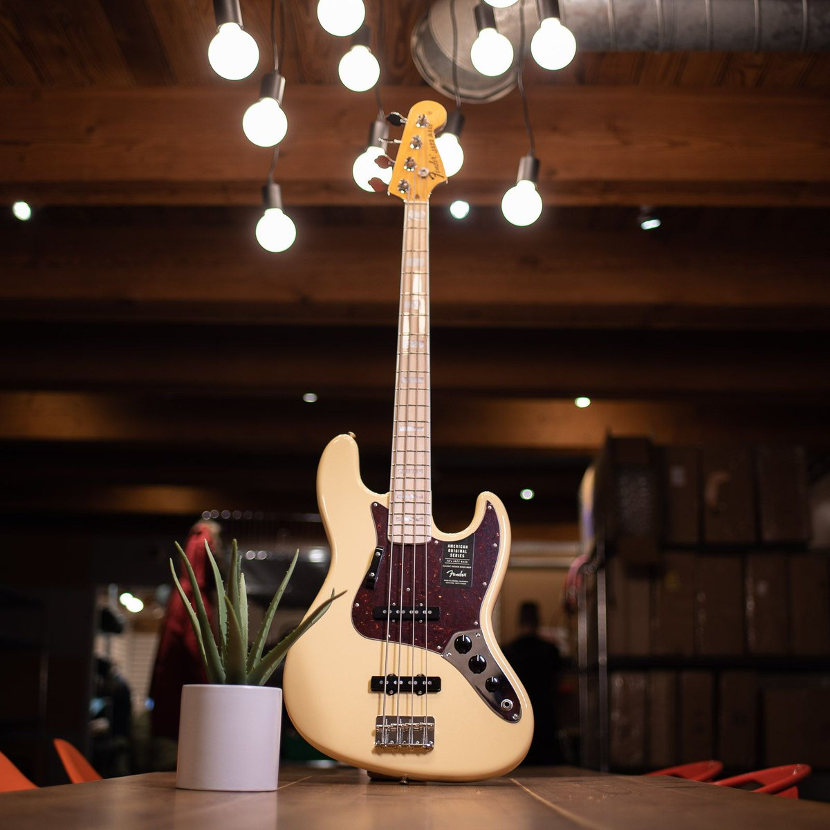 The @Fender American Original '70s Jazz Bass has the feel and tone of the 1970s, without the vintage price tag. https://buff.ly/2SR6kwB #chicagomusicexchange #fender #americanoriginal #70s #jazzbass #vintagewhite #gearwire #gearybusey #guitarspotter #guitarphotographypic.twitter.com/ktLPHWYG1k