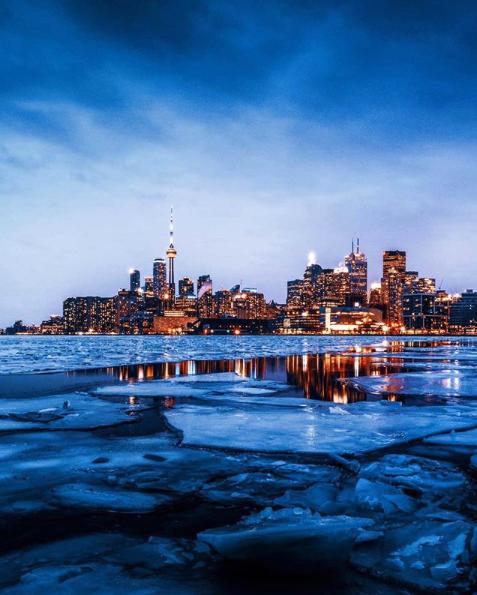 Icy #Toronto #winter #winterinthecity #cold #torontowinter #skyline #lovemycity #gtarealestatebrokerpic.twitter.com/waQUJwopyI