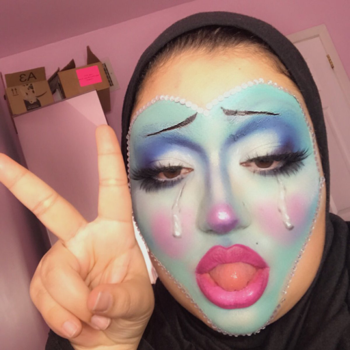 okay my makeup looks like I work of art and I can't bring myself to take it off help <br>http://pic.twitter.com/LyjDxO75ys