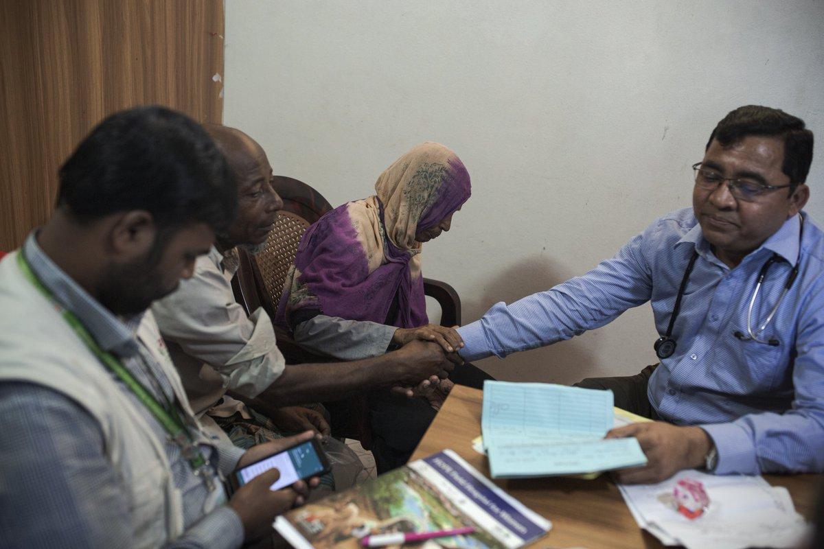 Le Dr Kafil Uddin est le seul psychiatre à consulter directement dans les camps. C'est aussi l'unique psy de la ville la plus proche, Cox's Bazar. Une goutte d'eau : 1 psychiatre pour 3 millions de personnes. #Rohingyas #mentalhealthpic.twitter.com/T7RC8aH5LG