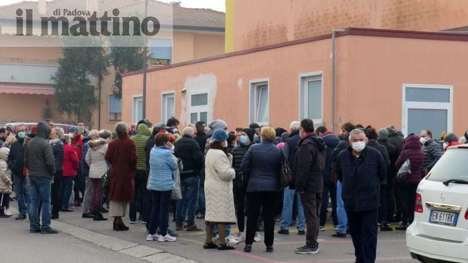 Coronavirus in Veneto: in fila per il tampone a Vo...