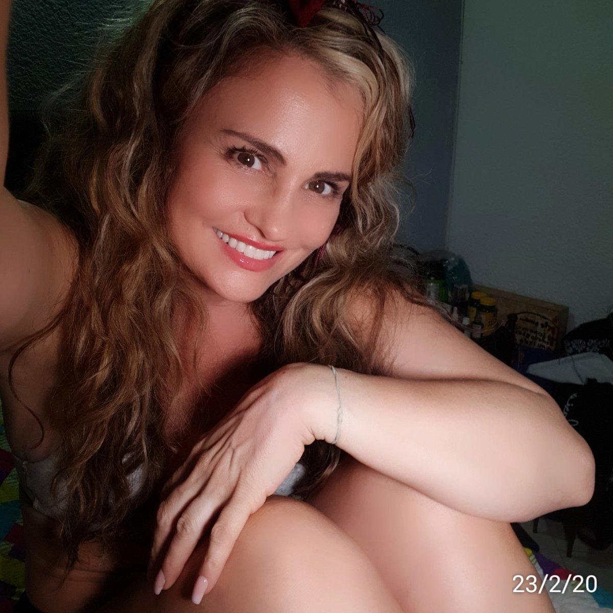 A gift for you...#MotivationMonday #24Febrero #Feliz #auracristinageithner#beautiful #lapotradelabanda #Colombia #happy #vscocam #girl #instagramers #iger #love #loveyouall #actresslife #model #loveislove #smile #follow #2020pic.twitter.com/EKjaJME3E5
