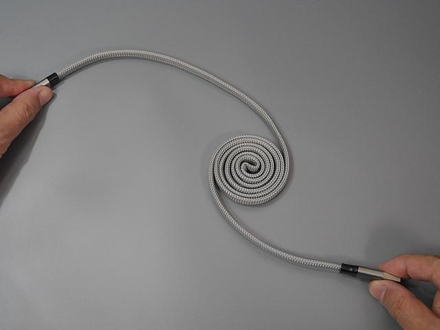 【画期的】リールもないのに自動で巻き取れるスマホ充電ケーブルケーブル自体がうずまきの形状を記憶。伸ばした状態から手を離すと、巻き取られた状態へと自動的に復元される。