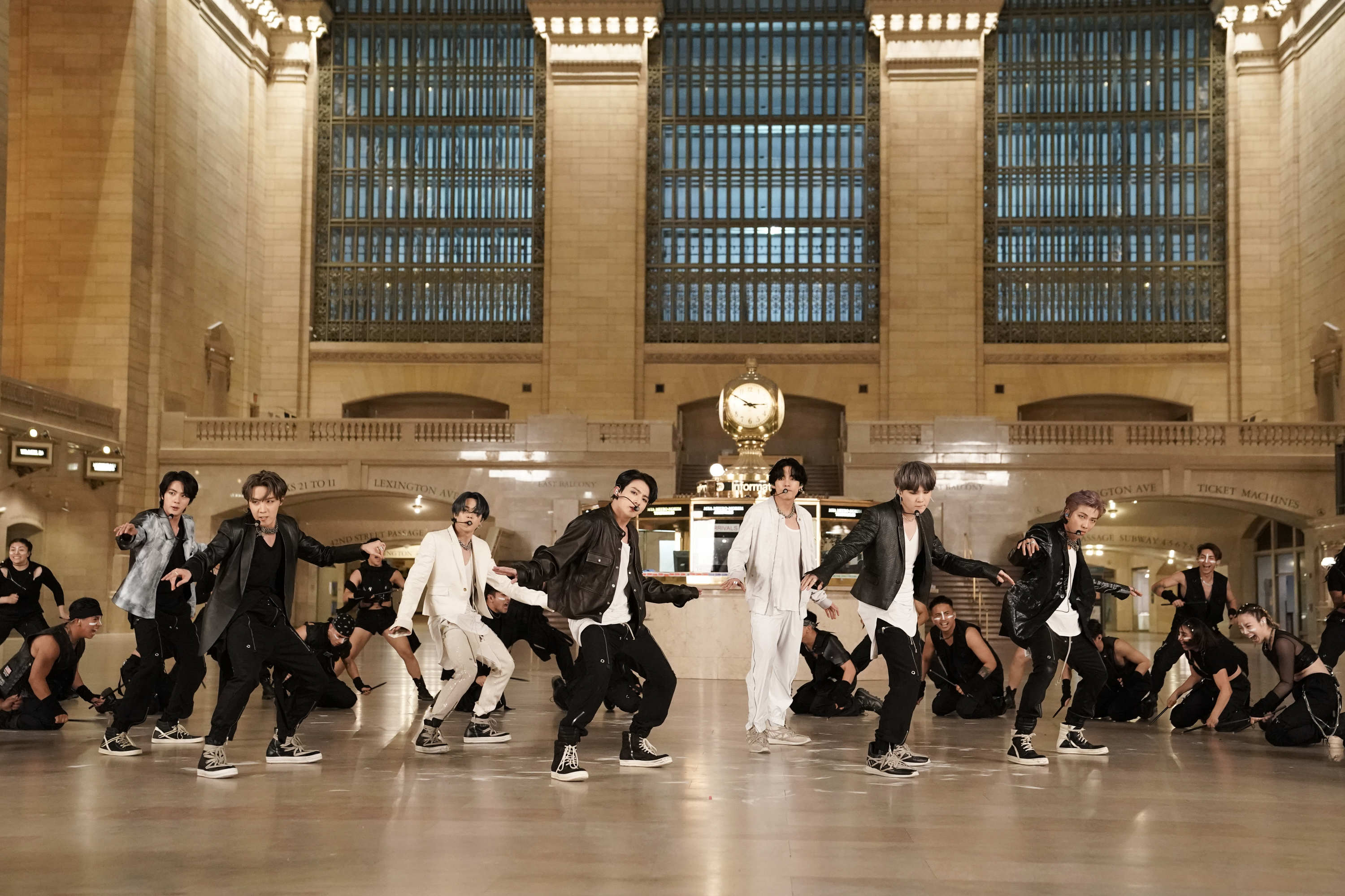 "BTS Gebrak Grand Central Terminal New York City dengan Lagu ""ON"", hingga Ungkap Insiden Mie Hitam di The Tonight Show Starring Jimmy Fallon"