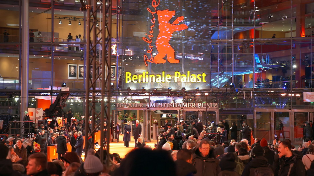 """""""Im Reich der Filme"""": Ein Dokumentarfilm von Artem Demenok, der heute im rbb ausgestrahlt wird,  lässt sieben Jahrzehnte #Berlinale Revue passieren: https://www.filmdienst.de/artikel/40148/im-reich-der-filme-rbb-tvtipp…pic.twitter.com/eS9yAU6GmM"""