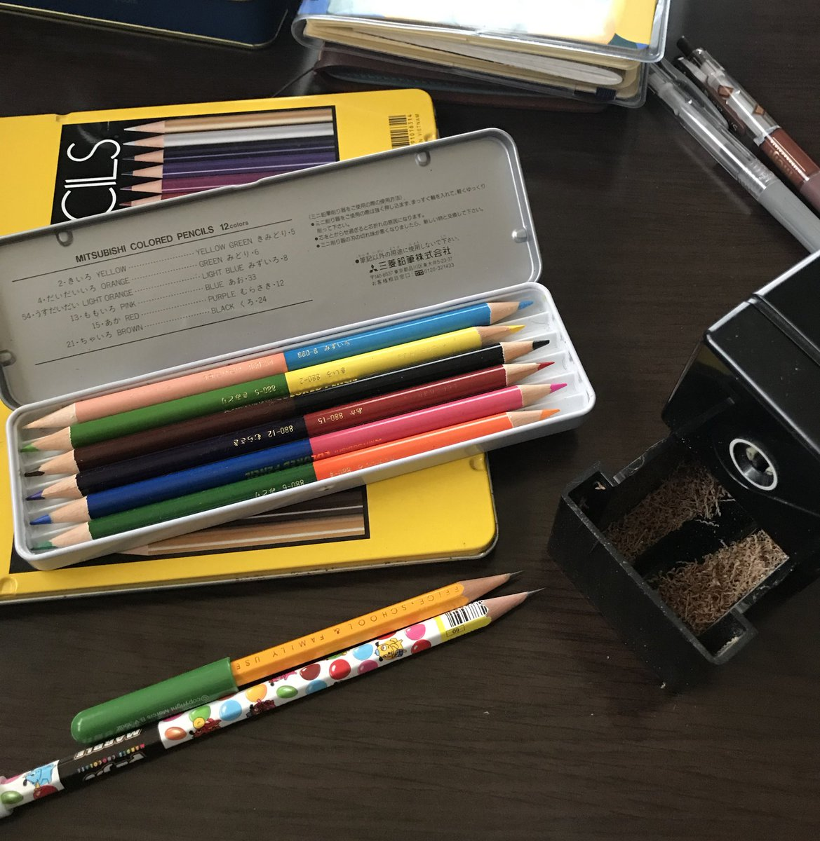 大きな声では言い難いけれど。  どんなアロマよりも私は「鉛筆の削りカス」の木の香りが癒される…(*´∀`*)  ポールペンも、ゲルペンも、シャーペンも良い。  でも、鉛筆のこの香りにはどの筆記具も敵わない  #やっぱりダメな人pic.twitter.com/MLZUksxHbF