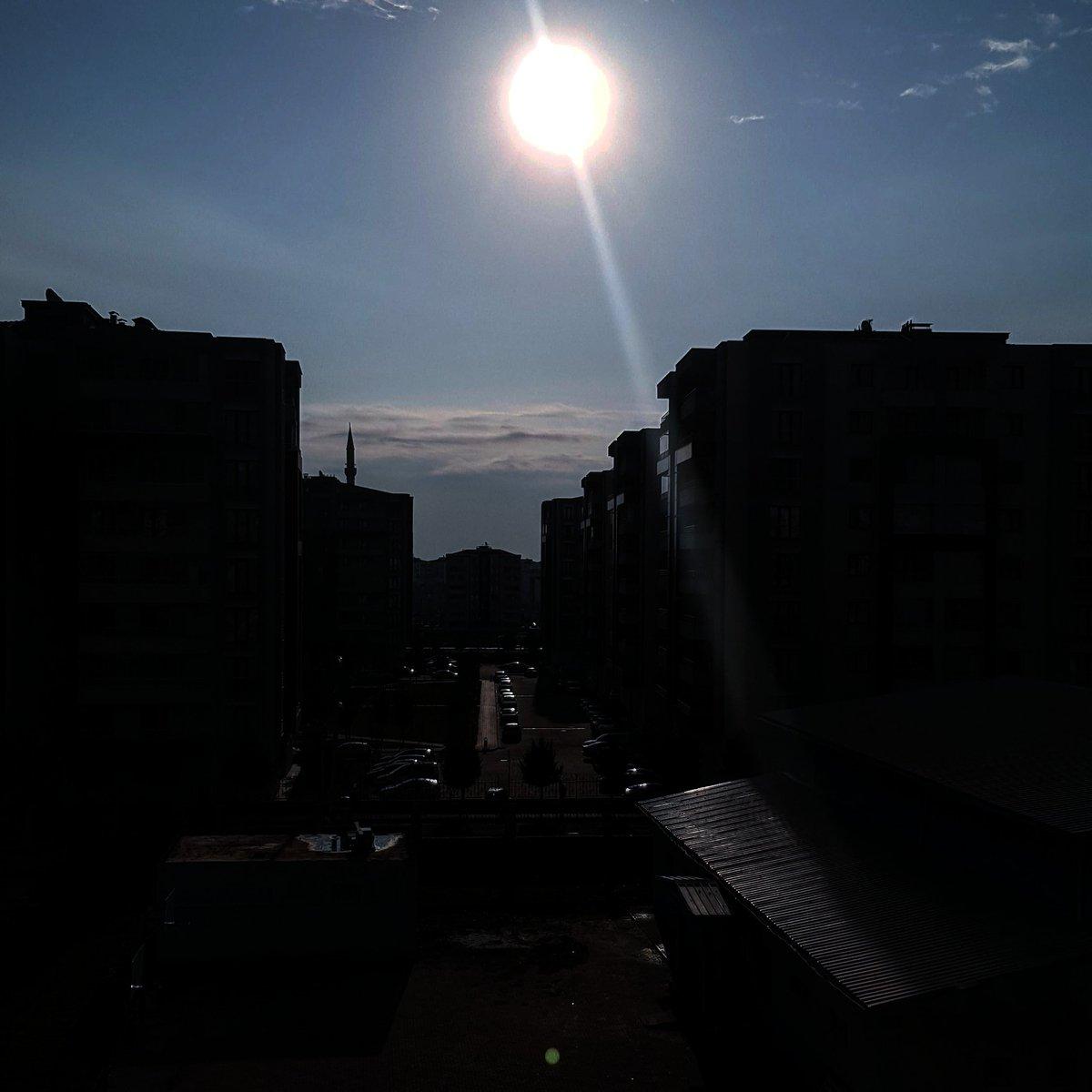 Rojbaş ji bo di vê sibehê de bi tarîtiya tavê re hişiyar bûne re. Tav gelo ronî dike yan jî roniyê didize? Yan Ev tarîtî ji ku derê dinizile? #rojbaş #goodmorning #доброеутро #günaydın #amed #diyarbakır #kurdish #sun #güneş  #sky #gökyüzü #ezman #asiman #shine #parlak #romantic
