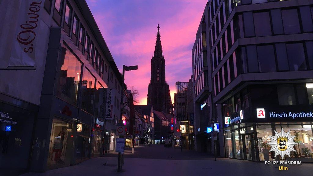 Guten Morgen #Ulm.Es ist als würde der Himmel mit seinen unglaublichen Farben heute morgen gegen die schlimmen Nachrichten ankämpfen.Diesen Schnappschuss vom Weg ins Büro wollten wir euch nicht vorenthalten.Habt einen guten Start in den Tag-Ulm, #Heidenheim, #Biberach, #Göppingenpic.twitter.com/1zD3Sc4PIc