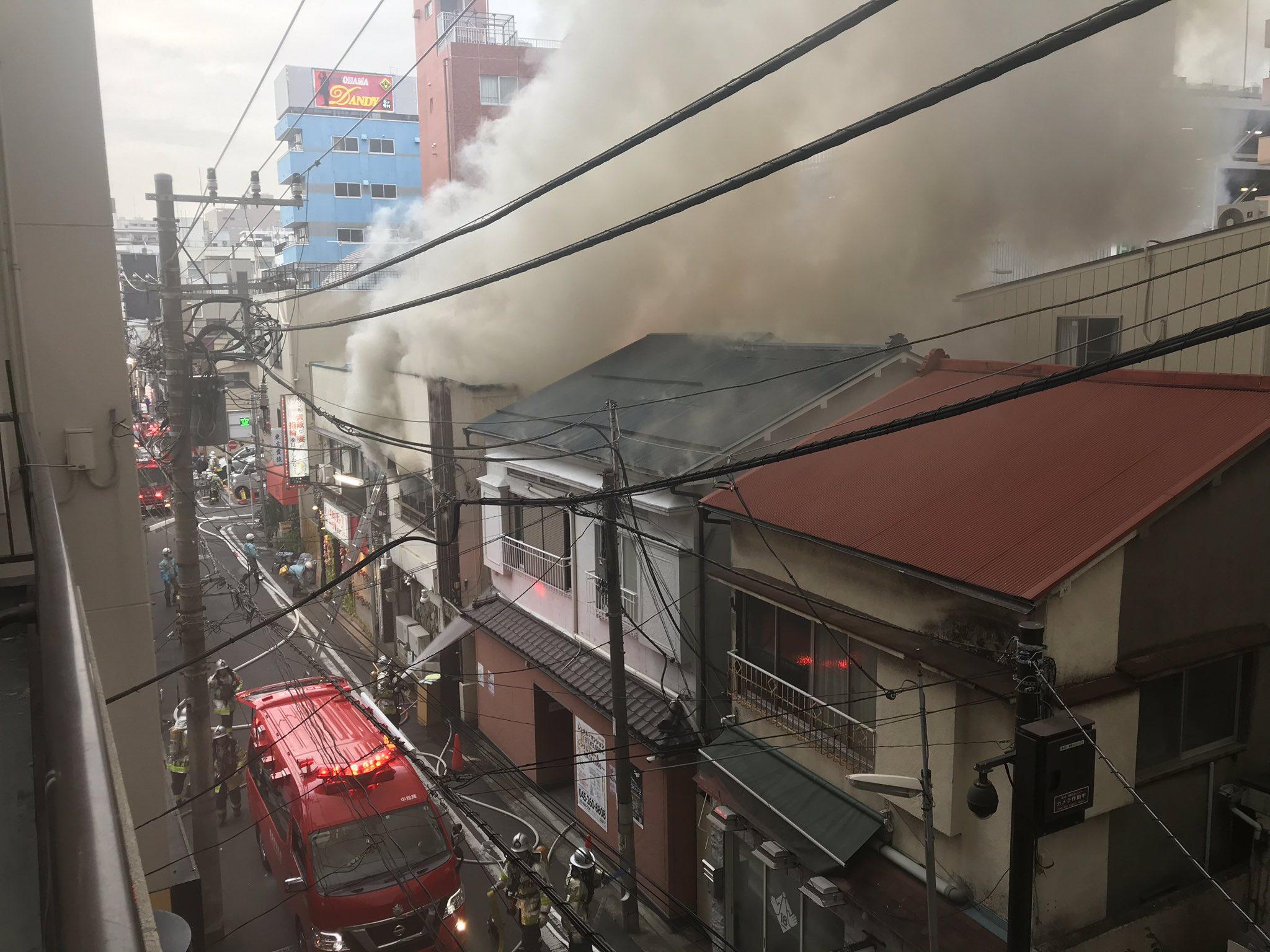 横浜市中区曙町の建物で火事が起きている現場の画像